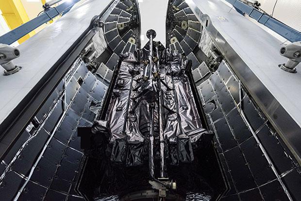 Спутник GPS III SV03 загружается в герметизированный стартовый контейнер головного обтекателя РН (Фото: Космические войска США)