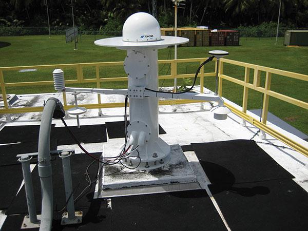 Антенна GPS установлена на станции слежения на острове Диего-Гарсия, которая является частью сети управления КА ВВС США. (Фото: Космические войска США)